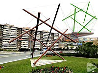 The project consists of a geometrical sculpture of the edges of an icosahedron, made of steel and concrete, and measures 12,25 x 11,75 x 11,20 m.